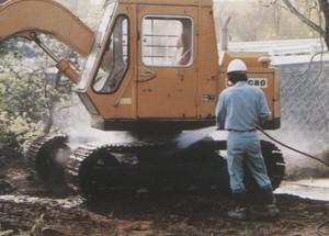 建設機械高圧洗浄作業